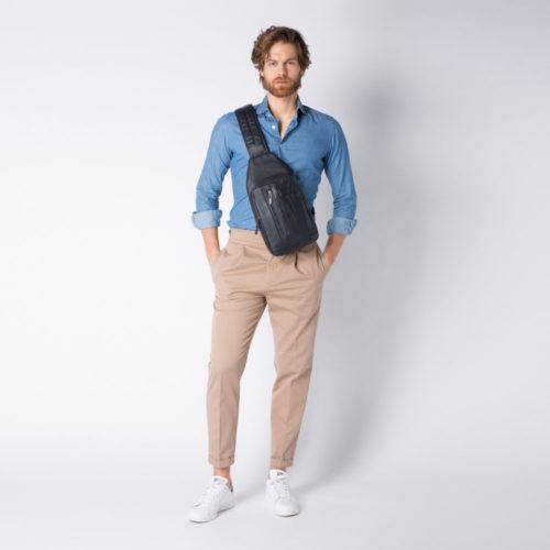 zaino-monospalla-piquadro-indossato