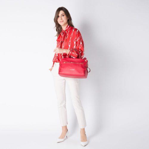 borsa-donna-con-porta-ipad-rossa-indossato