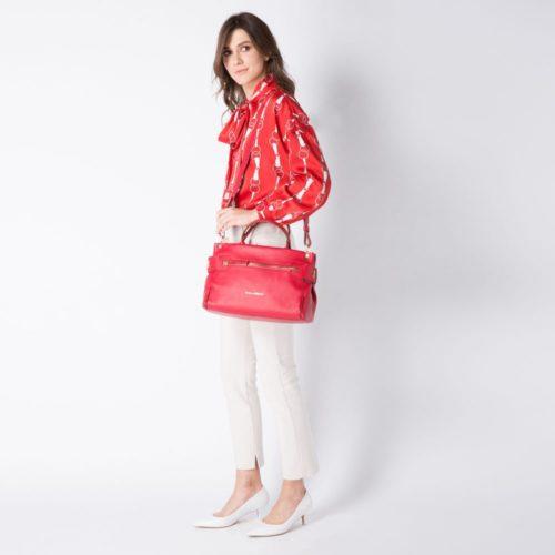 borsa-donna-con-porta-ipad-rossa-indossato2