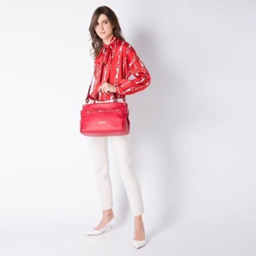 borsa-donna-con-porta-ipad-rossa-indossato3