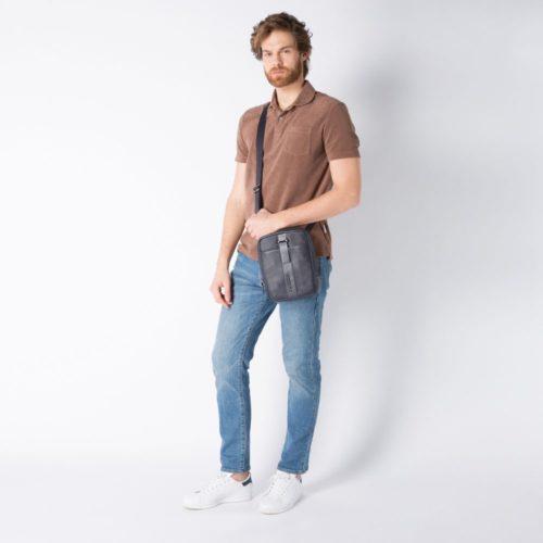 borsello-piccolo-porta-ipad-mini-indossato